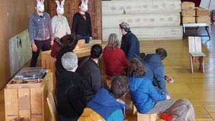 Représentation d'une troupe de théâtre clandestine dans le Gard, dimanche 14 mars 2021. (VALENTIN DUNATE / RADIOFRANCE)