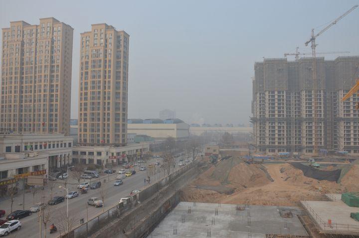 L'usine de Hebei Steel vue depuis l'appartement de Shuihuise, le 18 janvier 2014 à Shijiazhuang (Chine). (THOMAS BAIETTTO / FRANCETV INFO)