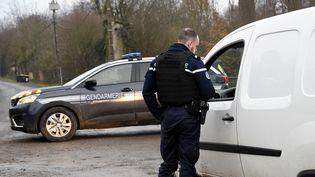 Les gendarmes bloquent l'accès au Château de Sautou (Ardennes) où se déroulaient les fouilles. (FRANCOIS LO PRESTI / AFP)