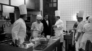 JEAN ET PIERRE TROISGROS EN CUISINE DANS LEUR RESTAURANT A ROANNE 17 NOVEMBRE 1975  (ARCHIVES LE PROGRES / MAXPPP)