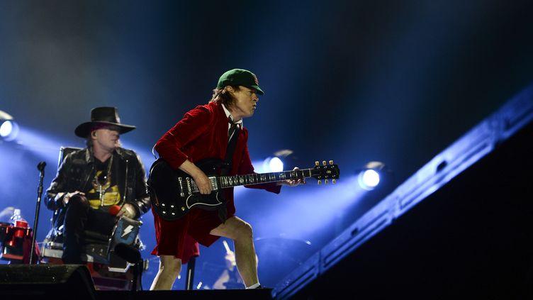 Le chanteur Axl Rose et Angus Young du groupe AC/DC en concert à Lisbonne, le 7 mai 2016  (PATRICIA DE MELO MOREIRA / AFP)