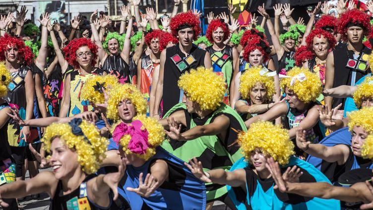 Groupe de danseurs dans le 10e défilé de la Biennale de Lyon (14 septembre 2014)  (Jean-Philippe Ksiazek / AFP)