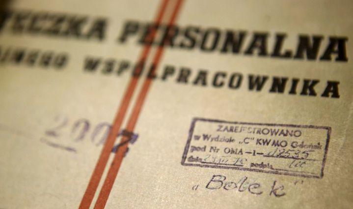 Document qui remonterait à l'époque communiste sur lequel on lit le nom «Bolek», qui aurait été le nom d'agent de Walesa. En haut, on peut lire: «Dossier personnel de collaborateur», suivi de «enregistré au département de police de Gdansk». ( REUTERS - Kacper Pempel)