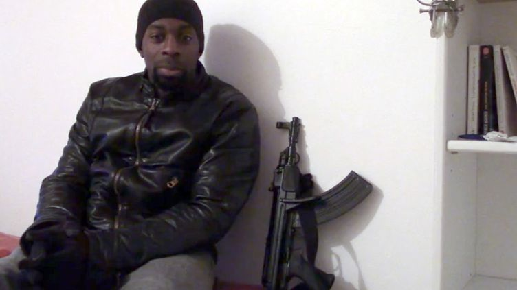Capture d'écran d'une vidéo non authentifiée, mise en ligne le 11 janvier 2015, dans laquelle un homme ressemblant à Amedy Coulibaly évoque les récents attentats terroristes en France. (AFP)