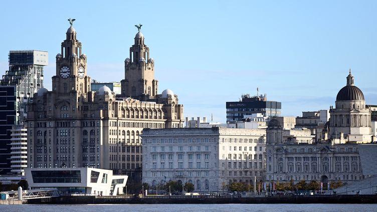 Photo du front de merde Liverpool, avec notamment le Liver Building, prise de la rive opposée de la Mersey, le 13 octobre 2020 (PAUL ELLIS / AFP)