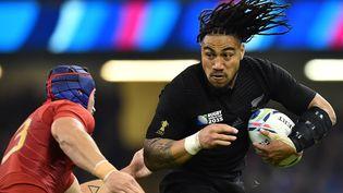 Le Néo-Zélandais Ma'a Nonu tente d'échapper au FrançaisAlexandre Dumoulin lors du quart de finale de la coupe du monde de rugby, le 17 octobre 2015. (GABRIEL BOUYS / AFP)