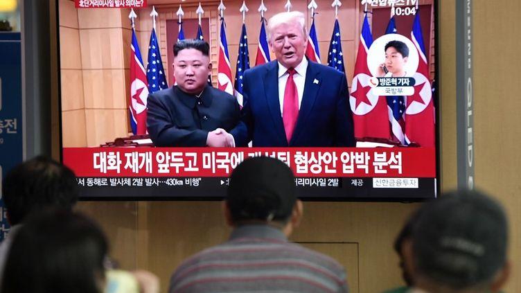 Des personnes regardent à la télévision la rencontre entreKim Jong-un et Donald Trump, à Séoul (Corée du Sud), le 25 juillet 2019. (JUNG YEON-JE / AFP)
