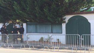 Des policiers devant la mosquée Al-Islah (Val-de-Marne), le 31 août 2016. (FRANCE 3 ILE-DE-FRANCE)