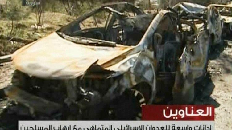 Capture d'écran de la télévision syrienne qui montre des voitures calcinées après un raid israélien sur le centre de recherche de Jamraya (Syrie), le 1er février 2013. (SYRIAN TV / AFP)