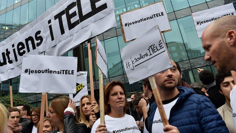 Des manifestants soutiennent le mouvement de grève des salariés d'iTélé devant la siège de la télévision à Boulogne-Billancourt, le 25 octobre 2016. (CHRISTOPHE ARCHAMBAULT / AFP)