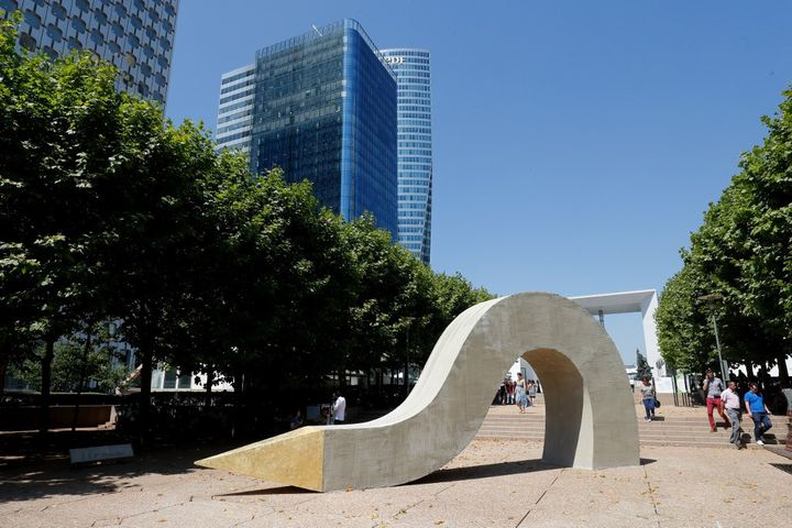 """""""Meandre"""" de l'artiste française Elsa Sahal displayed exposé sur l'esplanade de La Défense dans le cadre de la troisième édition de l'exposition d'art contemporain en plein air """"Les Extatiques"""" en juin 2020. (FRANCOIS GUILLOT / AFP)"""