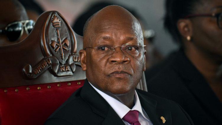 Le 29 juillet 2020, le président tanzanien John Magufuli assiste aux funérailles de l'ancien président Benjamin Mkapa dans le village de Lupaso,au sud du pays. (STR / AFP)
