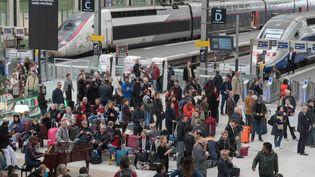 Des voyageurs dans le hall de la gare de Lyon, à Paris, le 22 octobre 2018. (ESTELLE RUIZ / AFP)