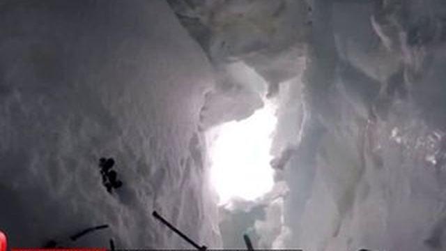 """""""J'ai cru que j'allais mourir;"""" un skieur filme sa chute dans la crevasse d'un glacier suisse,"""