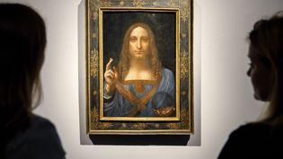 """Le tableau de Léonard de Vinci, """"Salvator Mundi"""", mis aux enchères à New York le 15 novembre, est la propriété du milliardaire russe Dmitri Rybolovlev, qui préside le club de football de l'AS Monaco. (TOLGA AKMEN / AFP)"""