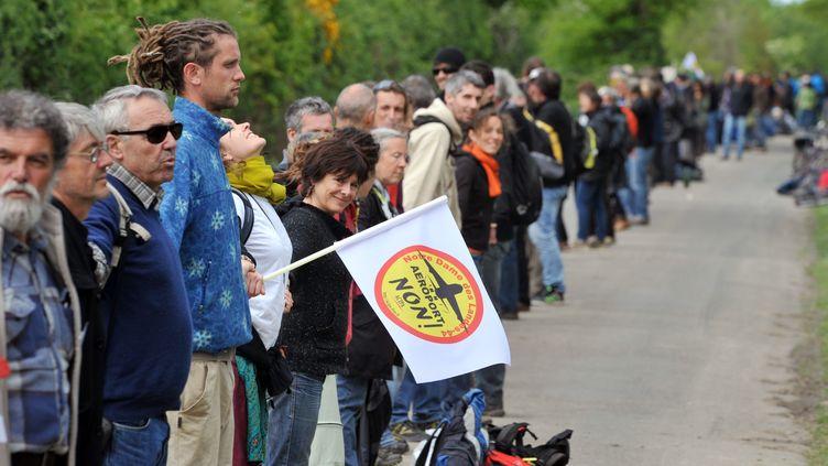 Des opposants à Notre-Dame-des-Landes (Loire-Atlantique) forment une chaîne humaine, le 11 mai 2013, autour du site. (FRANK PERRY / AFP)