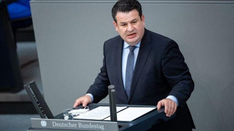 Hubertus Heil, le ministre fédéral du Travail et des Affaires sociales, s'exprime lors de la séance plénière au Bundestag allemand, le 25 juin 2021, à Berlin. (BERND VON JUTRCZENKA / DPA)