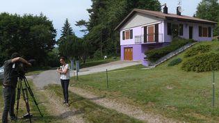 Des journalistes devant la maison de Jacqueline et Marcel Jacob, après leur arrestation dans l'affaire Grégory, à Aumontzey (Vosges), le 14 juin 2017. (PATRICK HERTZOG / AFP)