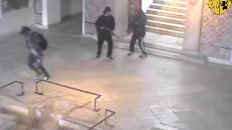 Deux hommes armés (à droite) ont attaqué le musée du Bardo, à Tunis, le 18 mars 2015. (MINISTERE DE L'INTERIEUR / AFP)