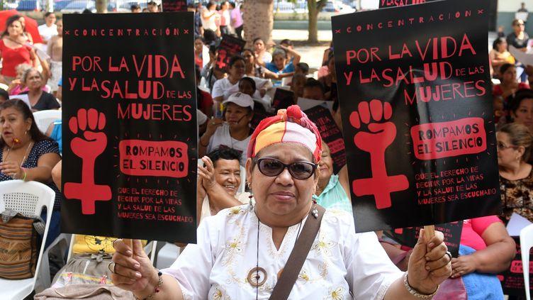 Des Salvadoriennes manifestent pour la décriminalisation de l'avortement, le 23 février 2017 à San Salvador (Salvador). (MARVIN RECINOS / AFP)