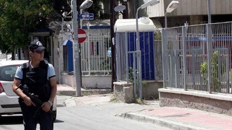 Un policier turc en train de patrouiller devant l'ambassade syrienne à Ankara (23-6-2012) (AFP - ADEM ALTAN )