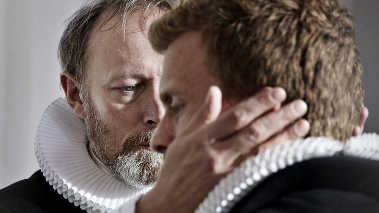 Lars Mikkelsen qui incarne le patriarche Johannes dans Au nom du Père a reçu l'International Emmy award pour ce rôle. Aux côtés de Morten Hee Andersen qui incarne l'un de ses deux fils August. (Tine Harden Arte)