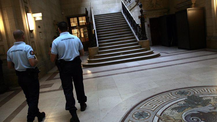 Des gendarmes au palais de justice de Paris, le 4 juillet 2006. (MAXPPP)