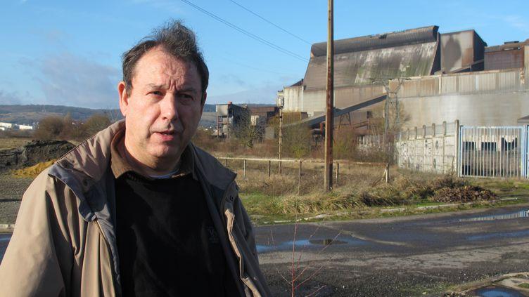 Didier Zint, patron de la CFDT sidérurgie en Lorraine, le 13 janvier 2012, devant l'aciérie de Gandrange, fermée en mars 2009 malgré les promesses de Nicolas Sarkozy. (SALOMÉ LEGRAND / FTVi)