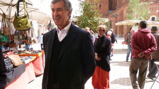 Jérôme Cahuzac a fait sa première apparition publique depuis ses aveux le 11 mai 2013, sur le marché de Villeneuve-sur-Lot (Lot-et-Garonne). (JOELLE FAURE / LA DEPECHE DU MIDI / AFP)