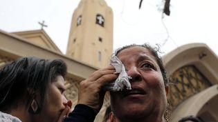 Deux femmes en pleurs après l'explosion survenue dans une église de Tanta (Egypte), le 9 avril 2017. (MOHAMED ABD EL GHANY / REUTERS)