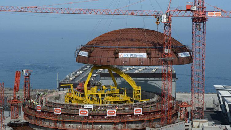 (La mise en service du réacteur EPR de Flamanville, dont le chantier a déjà été entaché par diverses irrégularités et des accidents de travail, dont un mortel, est prévue pour 2017 © Maxppp)