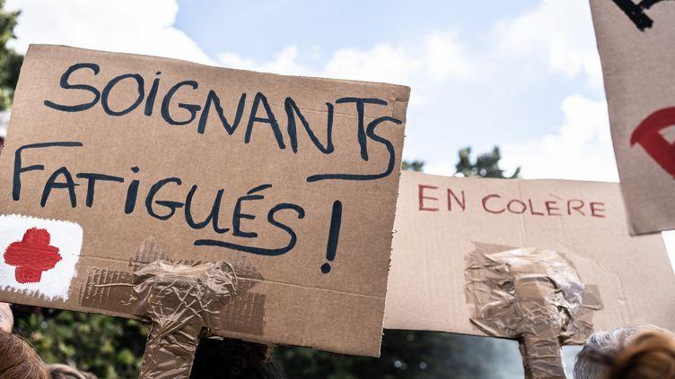 Manifestation de soignants lors de la crise du Covid-19 à Paris, le 16 juin 2020. (LAURE BOYER / HANS LUCAS)