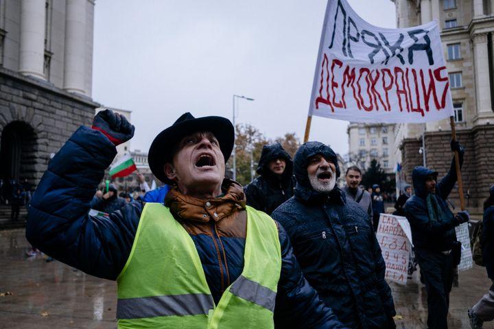 Des Bulgares manifestent contre la hausse du prix des carburants, le 18 novembre 2018, à Sofia (Bulgarie). (DIMITAR DILKOFF / AFP)