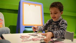 L'un des enfants de la FuturoSchool est en pleine séance d'apprentissage. (VINCENT NAGEOTTE / VAINCRE L'AUTISME)