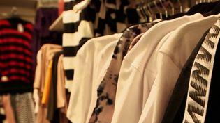"""Une application permet de découvrir en un seul coup d'œil si un vêtement est considéré comme """"écolo"""" ou non en fonction de plusieurs critères. (FRANCE 2)"""