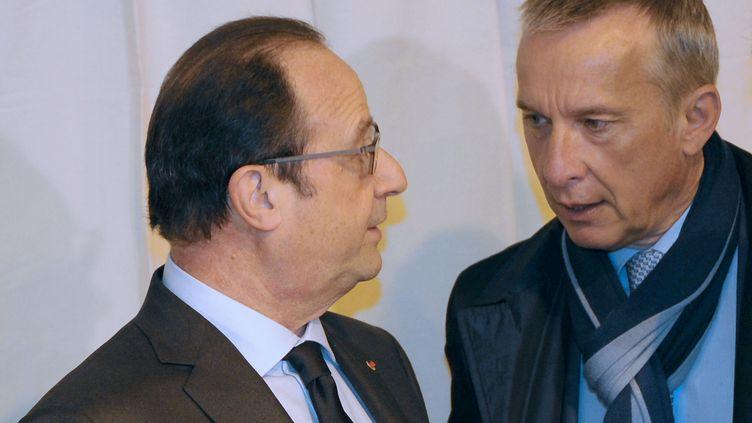 François Hollande discute avec Bernard Combes, maire de Tulle (Corrèze) et candidat PS aux élections départementales, le 29 mars 2015 à Tulle. (MEHDI FEDOUACH / AFP)