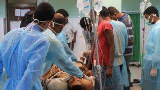 Un homme est soigné dans un hôpital à Aden (Yémen), le 2 avril 2015. (SALEH AL-OBEIDI / AFP)