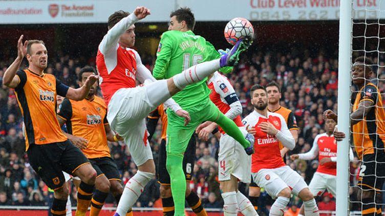 Calum Chambers tente une reprise acrobatique pour trouver la faille dans la défense de Hull City