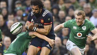 L'ailier du XV de France Yohann Huget taclé par un joueur irlandais lors d'un match du Tournoi des six nations, le 25 février 2017 à Dublin. (FRANCK FIFE / AFP)