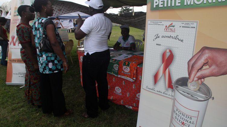 Une campagne de prévention contre le VIH, le 30 novembre 2012 à Abidjan, en Côte d'Ivoire (illustration). (GBEKIDE BARNUS / MAXPPP)