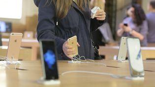 Des clients dans un Apple store, le 25 septembre, à Paris. (JACQUES DEMARTHON / AFP)