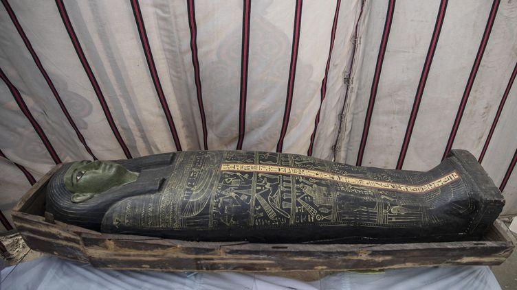 Sarcophage exposé à Saqqarah le 17 janvier 2021, à l'occasion de la présentation de nouvelles découvertes dans la nécropole antique (KHALED DESOUKI / AFP)