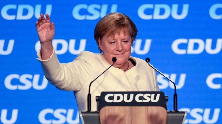 La chancelière allemande Angela Merkel lors d'un meeting du parti conservateur chrétien démocrate la CDU et de soncousin bavarois la CSU à Munich le 24 septembre 2021. (THOMAS KIENZLE / AFP)