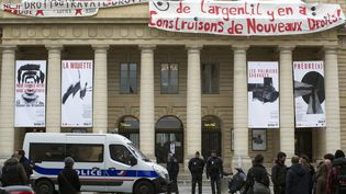 Des intermittents devant le théâtre de l'Odéon, à Paris, le 25 avril 2016. (PATRICE PIERROT / CITIZENSIDE / AF)