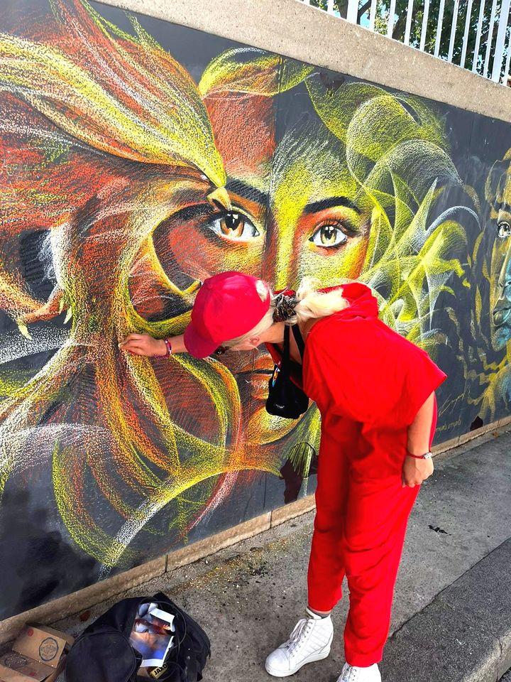 """L'artiste Emyarts en pleine réalisation de son oeuvre """"Renaissance"""" pour la chasse aux trésorsParisDecryptthe Street(h) (Alex Leblond)"""