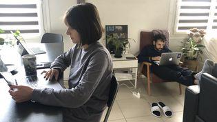 Un couple en télétravail dans un appartement à Paris, le 28 octobre 2020. (SANDRINE MULAS / HANS LUCAS / AFP)