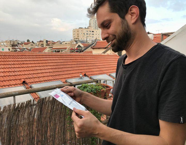 Nicolas, 33 ans, reçoit directement chez lui ses doses de cannabis thérapeutique. (ALICE FROUSSARD / RADIO FRANCE)