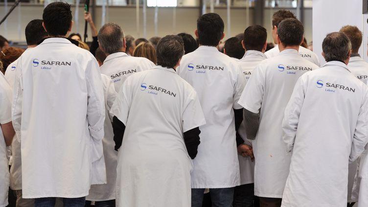 Des ouvriers sont regroupés, le 21 février 2012, dans les nouveaux locaux de l'usine Labinal du groupe Safran, à Villemur-sur-Tarn (Haute-Garonne). (ERIC CABANIS / AFP)