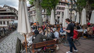 Une terrasse de restaurant à Strasbourg, le 19 mai 2021. Photo d'illustration. (PATRICK HERTZOG / AFP)