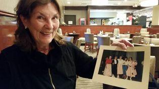 Kathleen Burgess montre une photo d'elle et Hillary Clinton en 1963 (RADIO FRANCE / MATHILDE LEMAIRE)